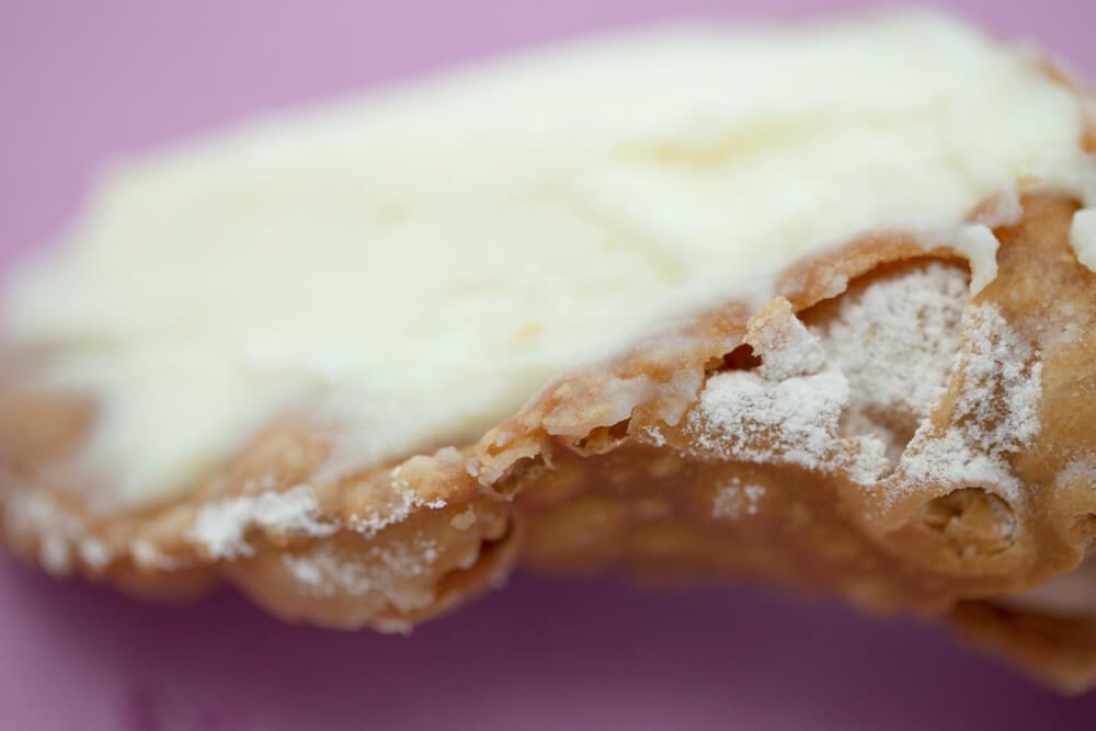 Cannolo siciliano il dolce di ricotta realizzato ad Erice alla pasticceria Maria Grammatico