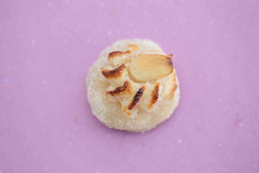 Dessier è il nome di questo dolcigno tipico di Erice fatto com le mandorle e con una mandorla sopra