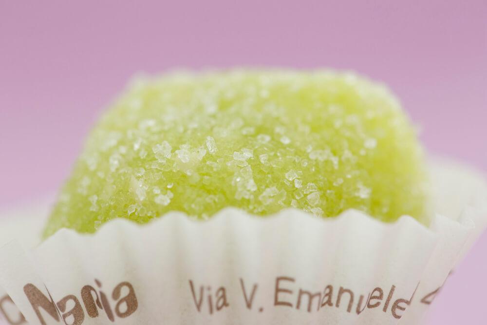 Le palline sono dolcigni artigianali fatti con le mandorla dalla pasticceria Maria Grammatico di Erice